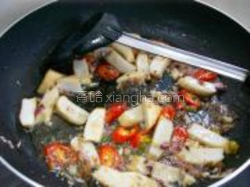 加入梅香咸鱼炒香再加入大辣椒炒。