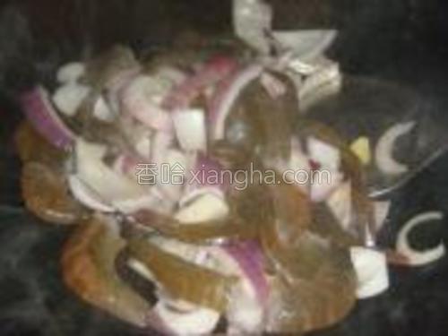 把虾倒进去一起翻炒。