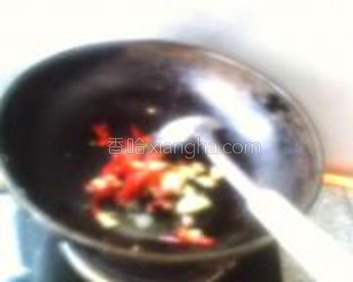 放入红辣椒炒香。