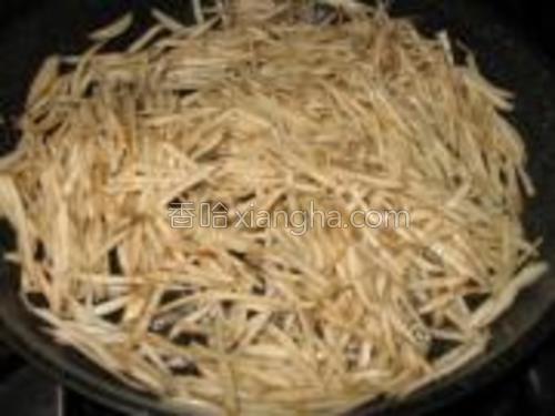 热油锅,把牛蒡从水中捞起直接放入锅里炒约2-3分钟。