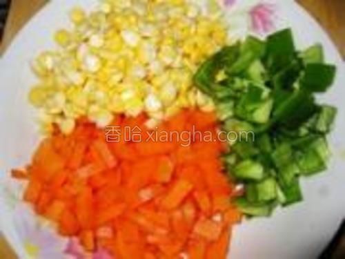 玉米用手一粒一粒掰下来,胡萝卜、青椒切丁。
