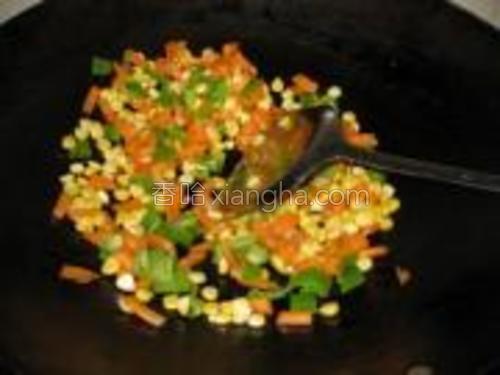 另起锅,加一点油,倒入彩三丁翻炒至熟。