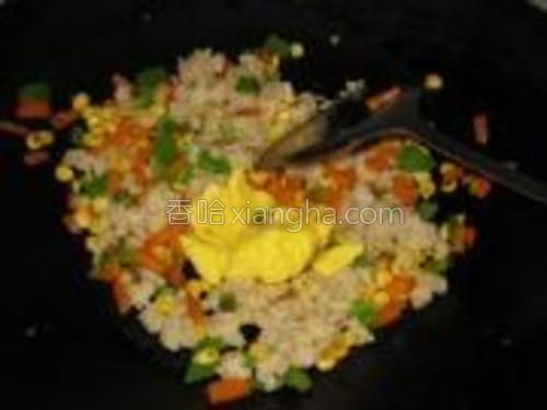 加入鸡蛋翻炒均匀。