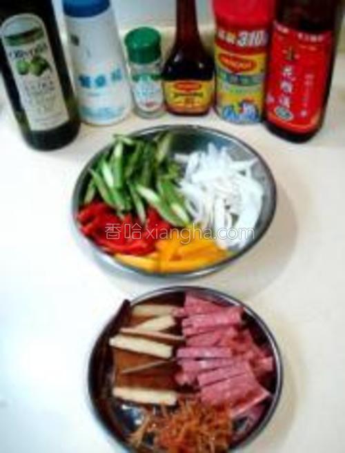 香干、萨拉米香肠、蟹肉干、洋葱、红椒、黄椒、鲜芦笋、黄酒、美极鲜酱油、盐、鸡粉、胡椒粉、橄榄油。