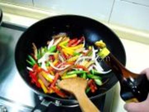 把所有食材炒匀后滴入几滴鲜酱油,再撒少许胡椒粉炒匀。