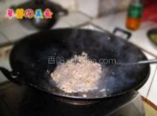 锅内倒油放入姜蒜后炒肉馅。