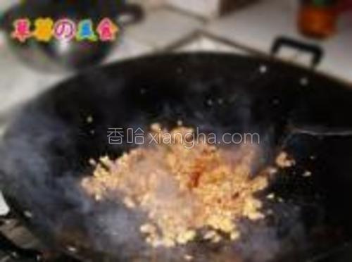 炒至肉馅断生后加入郫县豆瓣酱炒出红油。