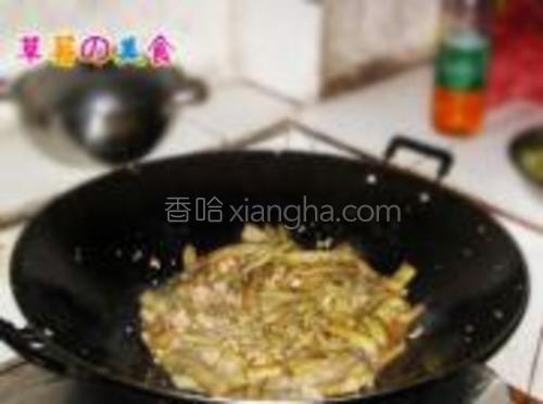 放之前煸软的茄子进去继续翻炒,放点糖,鸡精,生抽调味,再放点水盖上盖子煮到茄子变软熟了。