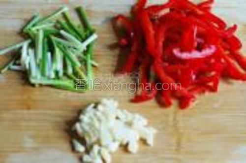 红椒一个、葱几根、大蒜两瓣,都切好备用。