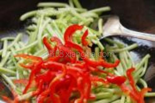 热锅放入适量的食油,油热放入切好的红薯柄翻炒几下,加入红椒丝同炒。