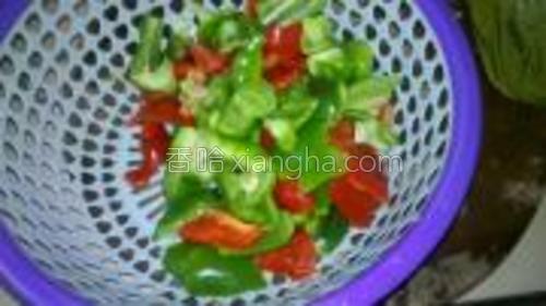 虎皮椒也就是柿子辣椒用收撕块,洗干净辣椒仔。