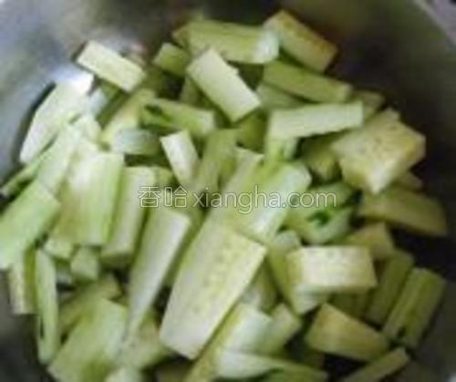切成棱形快放入盆中,放盐腌20分钟