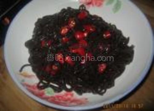将红辣椒切段,放入控好水的厥根粉中。