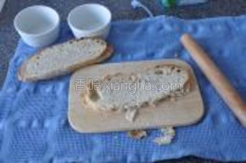 将面包用擀面杖碾碾平。
