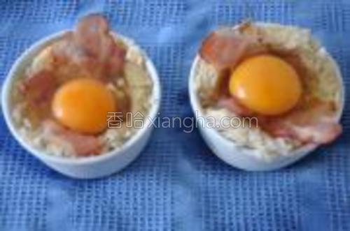 一个杯里打进一个鸡蛋。放在烤箱里烤5分钟。然后打微波炉,中火1分30秒的样子,这时出来的鸡蛋是半软糖芯的。要老蛋就多转一会。