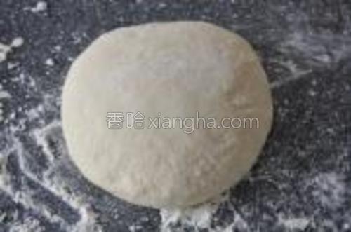 将面种与步骤3里混合好的面混合均匀,放在撒了面粉的工作台上,慢慢嵌少量的面粉,最终成为不粘手,有弹性,光滑的面团。表面撒上面粉,搭上布,发酵1小时。温暖环境下1小时后的面团有明显增大。