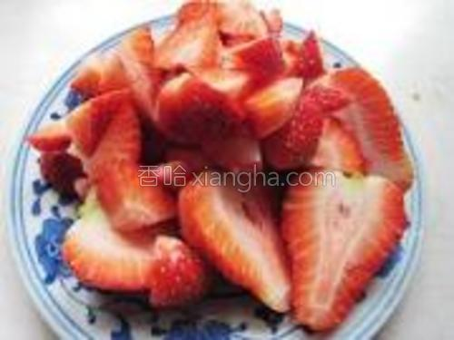 将两个草莓对半切开,其它的切成丁。