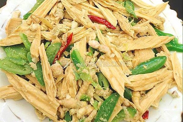 青椒豆丹腐竹的做法