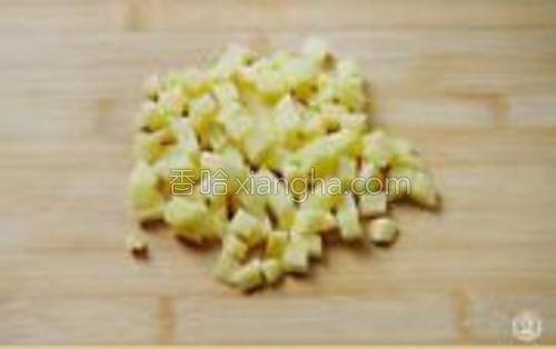 将土豆将净,去皮后切成1cm见方的小丁。