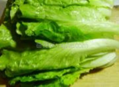 把生菜清洗干净,量干。