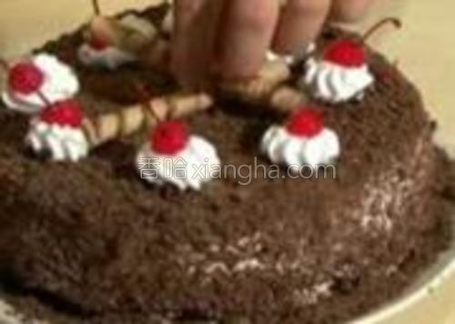 最后在奶油上放上红樱桃,中间放两个巧克力饼干,就制作完成了!