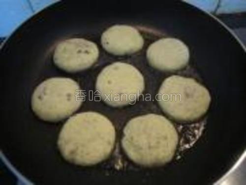 油锅烧热,加入做好的豌豆小饼。