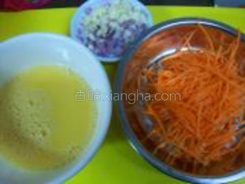 先把鸡蛋打散,加适量鸡精粉,搅匀.把萝卜和葱洗干净,切成丝。