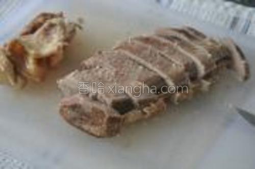 炖好后,等鸭肉稍凉,去皮,去骨,去筋,只留下肉,切成不到1cm的薄片。