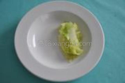 白菜灼水装盘。