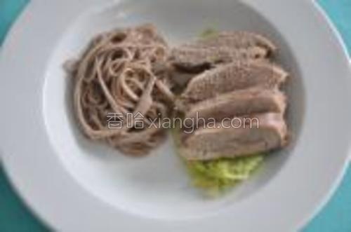 荞麦面煮好,装盘。鸭肉装盘。