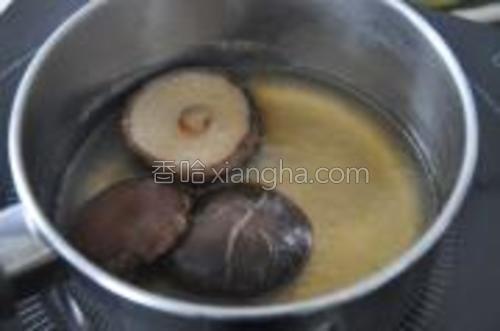 将炖鸭的鸭汤,去油过筛倒入一个小锅里,与香菇一起煮开,再小火焖一会到香菇熟。