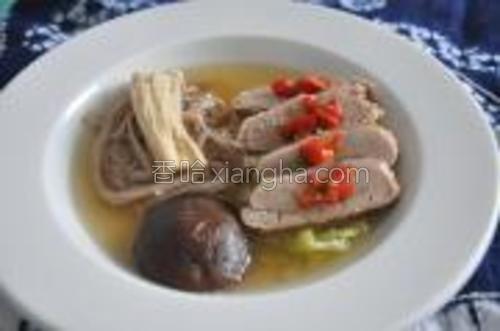 金针菇下到锅里烫下便可以。所有材料摆盘,淋上热汤,加上些红辣椒,即可。