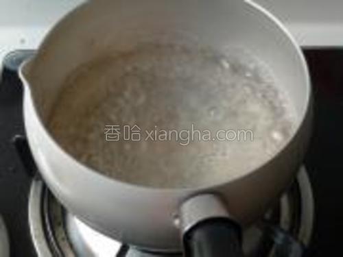将锅内放少许水,烧开。
