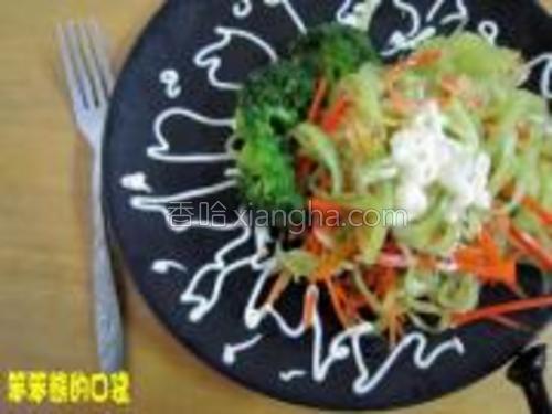 吃法二:莴苣放入适量的沙拉酱,装盘即可。