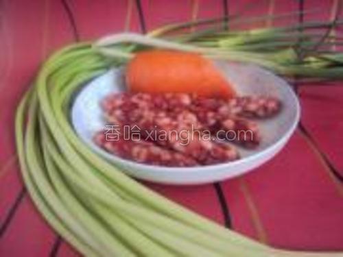 材料图,蒜苔,腊肠,胡萝卜,葱。