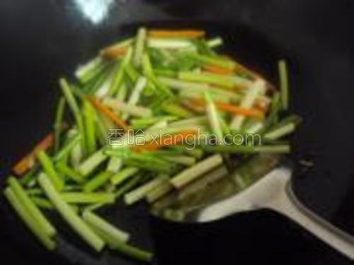 依次放入胡萝卜,蒜苔翻炒两分钟加入盐