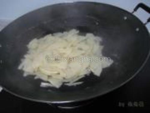 锅里水烧开,把切片的毛笋放进去焯一下,这样可以去麻。(此步骤不能省略,否则这个毛笋吃起来会麻嘴)