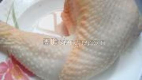 鸡肉洗净备用。