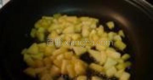 加入苹果丁,1/2勺肉桂粉,微火翻炒5分钟变软