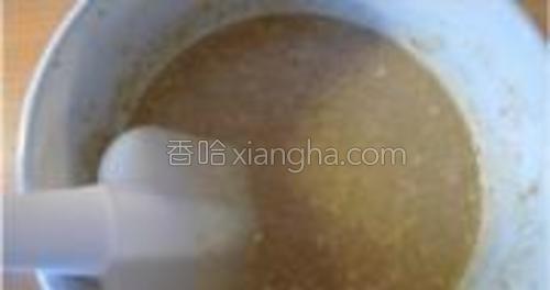 将牛奶鸡蛋液倒入混合粉中,加入麦片。用翻拌的方式搅拌成均匀糊状