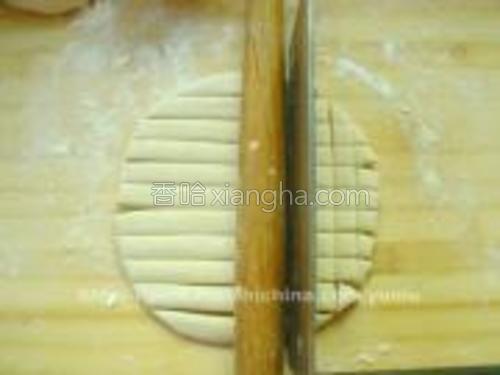 将面团擀平,约1cm厚、用刀分切成1X1cm大小的方块。