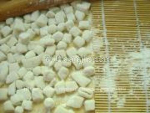 撒上面粉,滚均匀。