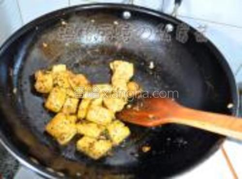 豆腐切一厘米厚片,<br/>锅里烧少许油,豆腐码入锅里中火煎,一面金黄再煎另一面,<br/>煎好后下两勺香椿酱炒香,加生抽,糖,少许盐与豆腐一起炒匀即可。