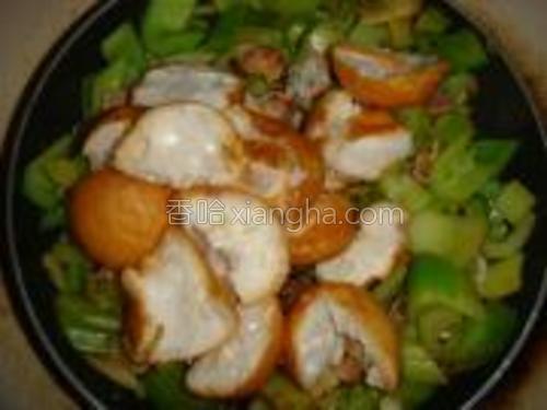 炒到芹菜略显软出水后加入面筋,可以直接把面筋放在有菜汁的位置,这样容易搅拌。