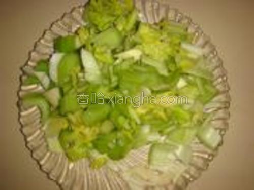 芹菜洗净切小段;蒜瓣切片。