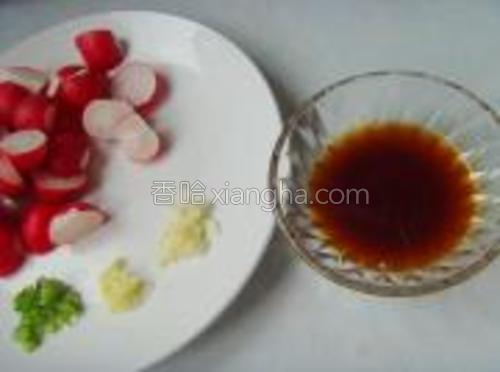酱油1勺、鸡粉、盐、水淀粉调成味汁备用。