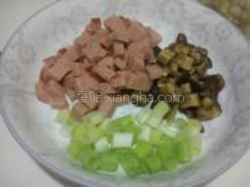 香菇切小块,小葱切碎,火腿切成丁。