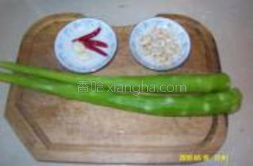 莴苣干红辣椒蒜二瓣熟腰果油盐。