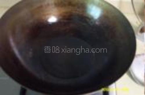 做油锅,油烧热。