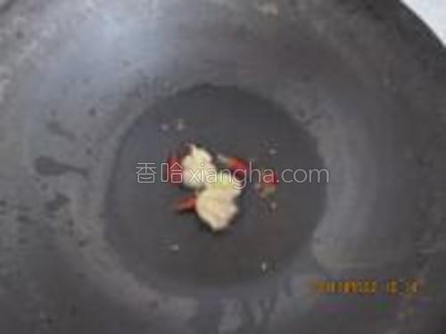 花生油入锅,热后加入辣椒、蒜爆香。